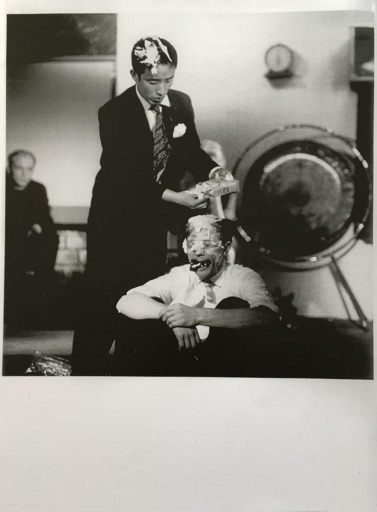 """Paik """"Etude for Piano"""", 1960 bei der er John Cage die Krawatte abschneidet und ihm die Haare mit Shampoo wäscht"""
