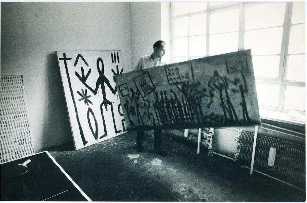 Kasper König mit Arbeiten von A.R. Penck in der Galerie Michael Werner, Köln, Friesenstraße. Um 1970. Privatfoto Kasper König, ZADIK (c) VG Bild-Kunst, Bonn 2018