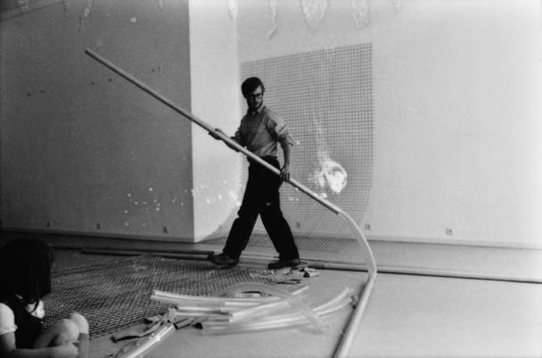 Bill Bollinger beim Aufbau seiner Installation in der Galerie Ricke 1968 (Foto: Rolf Ricke Archiv)
